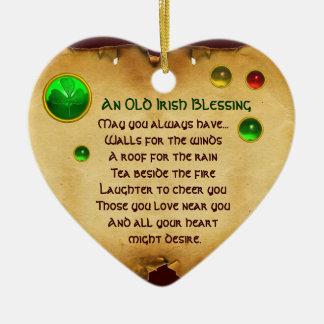 Una vieja bendición irlandesa para el pergamino adorno navideño de cerámica en forma de corazón