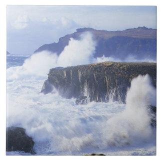 una vista de las ondas que se estrellan contra roc azulejo cuadrado grande