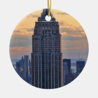 Una vista del Empire State Building un NYC más ba Ornamento De Navidad