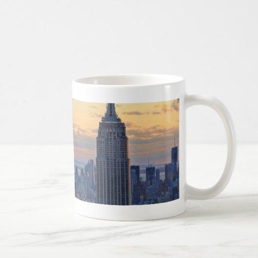 Una vista del Empire State Building, un NYC más Taza Básica Blanca