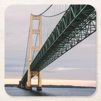 Una vista del puente de Mackinac del lago Michigan Posavasos Desechable Cuadrado