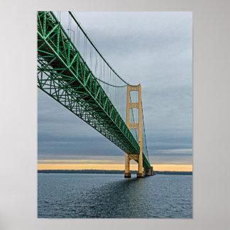 Una vista del puente de Mackinac del lago Michigan Póster
