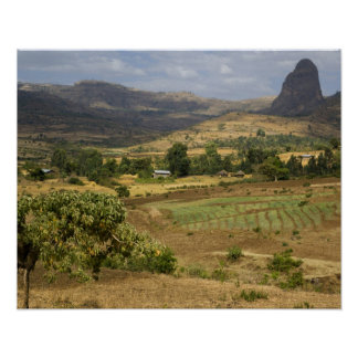 Una vista escénica grande de una montaña grande de posters