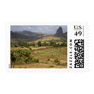 Una vista escénica grande de una montaña grande de sello postal