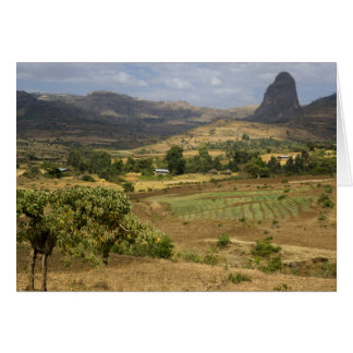 Una vista escénica grande de una montaña grande de felicitaciones