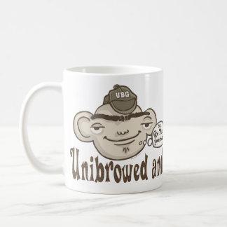 Unibrowed y orgulloso taza de café