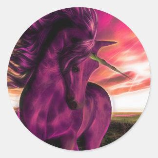 Unicornio azotado por el viento en amatista pegatina redonda