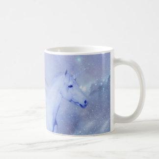 Unicornio azul con fantasía de las alas taza clásica