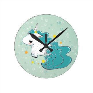 unicornio azul del dibujo animado con el reloj de