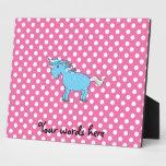 Unicornio azul en polkadots rosados placas para mostrar
