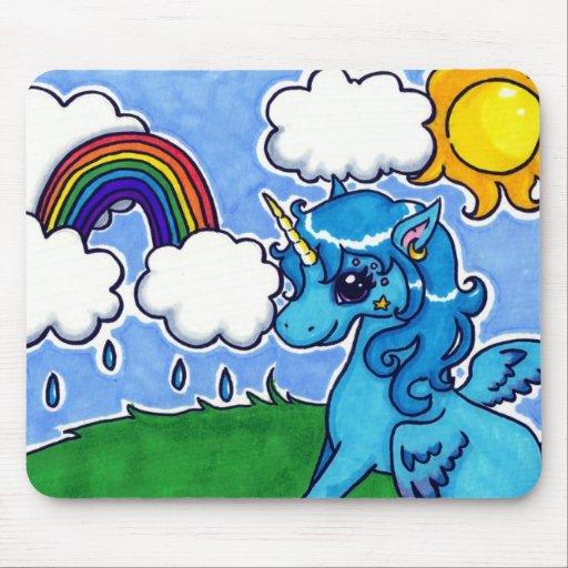 Unicornio azul que vuela con el arco iris mouse pads