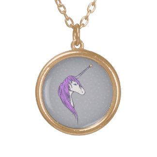 Unicornio blanco de la melena púrpura con el collar dorado