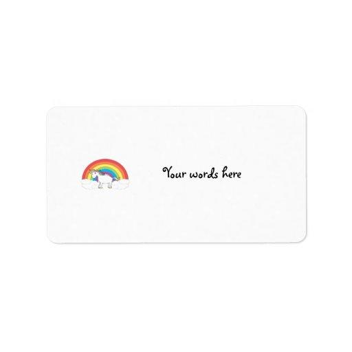Unicornio blanco en el arco iris y las nubes etiqueta de dirección