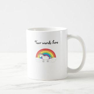 Unicornio blanco en el arco iris y las nubes taza