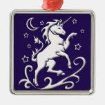 Unicornio blanco en el ornamento de la noche ornamentos de navidad