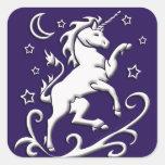 Unicornio blanco en el pegatina de la noche