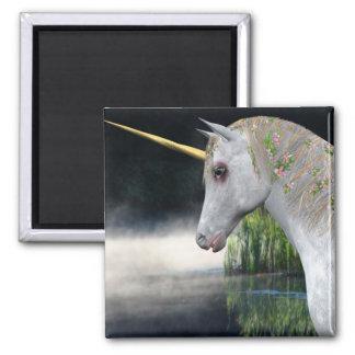 Unicornio blanco en imán de la fantasía de la nieb