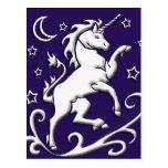 Unicornio blanco en la postal de la noche