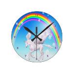 Unicornio con alas hermoso, arco iris y reloj de l