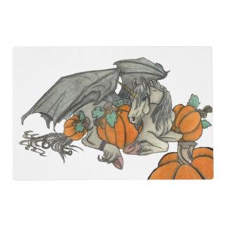Unicornio con alas palo que protege un remiendo de salvamanteles