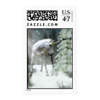 Unicornio del invierno con nieve y abetos sello