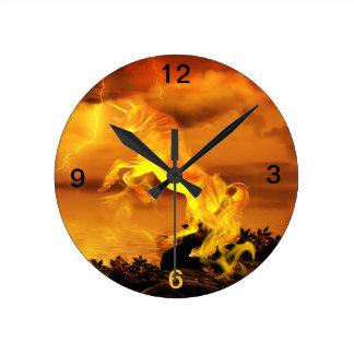 Unicornio del relámpago reloj redondo mediano