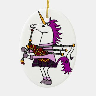 Unicornio divertido que juega arte de las gaitas adorno navideño ovalado de cerámica