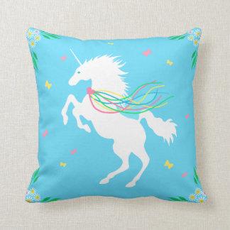 Unicornio en almohada de tiro de la primavera