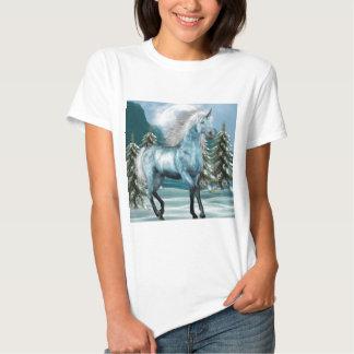 Unicornio en camiseta de las señoras del claro de camisas