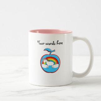 Unicornio en el arco iris en manzana taza dos tonos