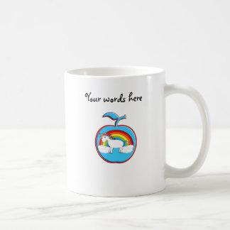 Unicornio en el arco iris en manzana taza básica blanca