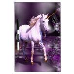Unicornio en fractal púrpura pizarras blancas