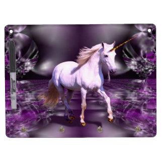 Unicornio en fractal púrpura tablero blanco