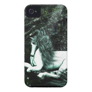 Unicornio en las maderas profundas iPhone 4 Case-Mate protector