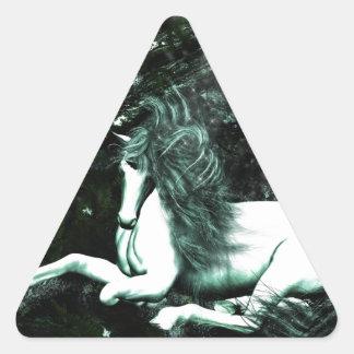 Unicornio en las maderas profundas pegatina triangular
