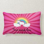Unicornio en las nubes en resplandor solar rosado almohadas