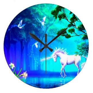 Unicornio en paraíso reloj redondo grande