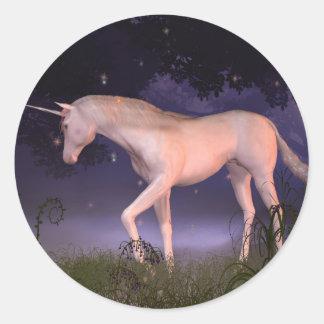 Unicornio en un claro brumoso del bosque pegatinas redondas