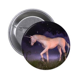 Unicornio en un claro brumoso del bosque pins