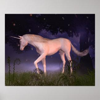 Unicornio en un claro brumoso del bosque póster