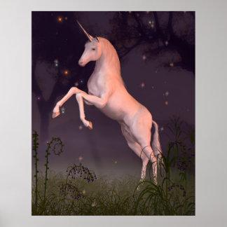 Unicornio en un claro iluminado por la luna del bo póster