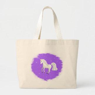 Unicornio encantador en fondo y estrellas púrpuras bolsas
