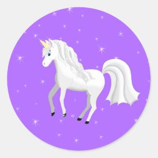 Unicornio encantador en fondo y estrellas púrpuras pegatina redonda