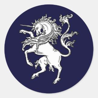 Unicornio feroz clásico pegatina redonda