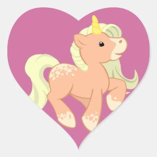 Unicornio lindo del albaricoque pegatina en forma de corazón