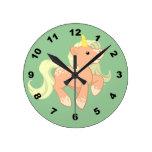 Unicornio lindo del albaricoque relojes de pared