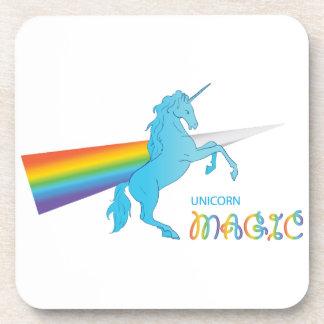 Unicornio mágico con el arco iris posavasos de bebida