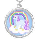 Unicornio mágico con el collar del arco iris