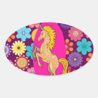 Unicornio místico colorido en las flores púrpuras pegatina ovalada