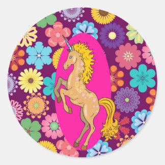 Unicornio místico colorido en las flores púrpuras pegatina redonda